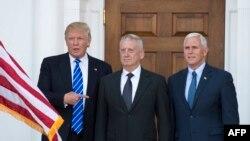 Donald Trump (solda) James Mattis (ortada) və Vitse-Prezident seçilən Mike Pence