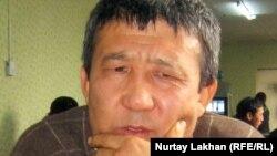 Оралман Серік Нүсіпбайұлы өз асханасында отыр. Алматы, 9 желтоқсан 2011 жыл.