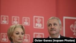 Cuplul politic Dăncilă-Dragnea, pe vremea când ea era premier PSD și el președinte al partidului care o însoțea în toate declarațiiele și conferințele de presă, înainte ca el să ajungă în închisoare iar ea președinte al PSD
