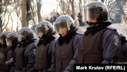 Киев көшелерінде тұрған милиция арнайы жасағы. 27 қаңтар 2014 жыл.