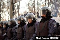 Солдаты внутренних войск на улице Грушевского