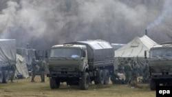 Російські військові біля української військової частини у Перевальному поблизу Сімферополя, 7 березня 2014 року