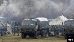 Російські окупанти поблизу військової частини в селищі Перевальному, 7 березня 2014 року