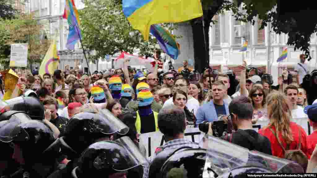 Правоохранители сопровождали шествие с обеих сторон дороги