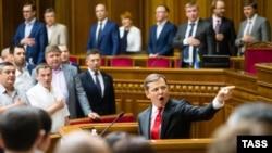 Лідер «Радикальної партії» Олег Ляшко (посередині) під час виступу у Верховній Раді. Київ, 16 липня 2015 року