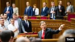 Олег Ляшко за трибуною Верховної Ради