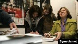 Сьвятлана Алексіевіч на Менскім кніжным кірмашы, 2009