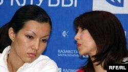 Асель (слева) и Мейраш Туржановы, дочь и жена арестованного бизнесмена Серика Туржанова. Алматы, 3 июля 2009 года.