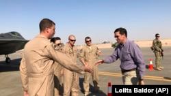 Министр обороны США Марк Эспер (справа) и американские военные на базе ВВС имени принца Султана (Саудовская Аравия). 22 октября 2019 года.