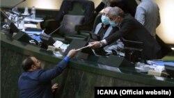 ارائه بوجه ۱۴۰۰ توسط معاون پارلمانی روحانی به نایب رئیس مجلس/ در این نشست رؤسای هر دو قوه غایب بودند