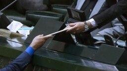 ارائه لایحه بودجه ۱۴۰۰ به مجلس توسط معاون پارلمانی روحانی