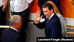 Cancelarul Sebastian Kurz părăsind plenul parlamentului