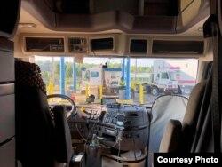 Машиненин канча жүргөнүн, кай жакта токтогонун көзөмөлдөгөн аппарат автоунаанын ичине орнотулган.