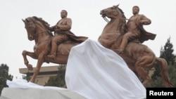 Новый памятник двум лидерам КНДР в Пхеньяне