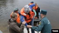 Карелиядағы лагерьде балаларды құтқарып жатқан мамандар.