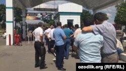 Ташкенттегі кәсіпкер Ахмад Тұрсынбаевқа тиесілі көлік базары алдында жиналып тұрған автомобиль иелері.