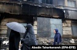 Сожженное здание банка в иранском городе Шахрияр. 20 ноября 2019 года