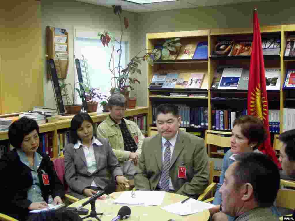 Бюбюкан Досалиева с коллегами из Радио«Азаттык» и бывшим послом США в Кыргызстане Мари Йованович.