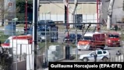 Қарулы қылмыскер адамдарды кепілге алған сауда орталығы алдында тұрған полиция қызметкерлері. Треб, Франция, 23 наурыз 2018 жыл