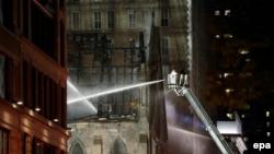 Пожарные борются с огнем в историческом сербском православном соборе Святого Саввы в центре Манхэттена в Нью-Йорке. 1 мая 2016 года.