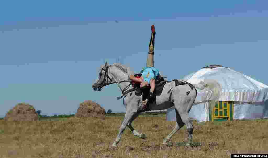 Трюки верхом на лошади в исполнении Алии Искаковой. Выступление каскадерской конно-акробатической группы Nomad из города Алматы.