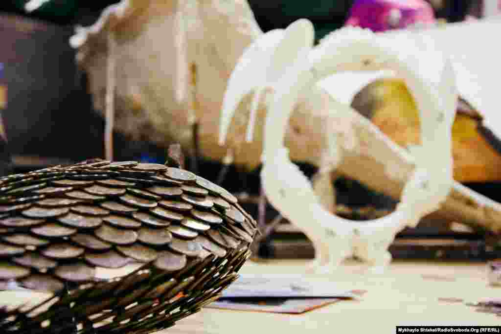 Ось так буде виглядати скульптура– монети накладаються одна на одну, як риб'яча луска