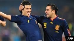 Испания шабуылшысы Давид Вилья (сол жақта) гол соқты. Оңтүстік Африка, 25 маусым 2010 жыл.