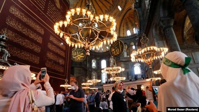 Посетители Айя-Софии после пятничной коллективной молитвы 24 июля
