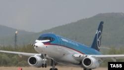 """Росийский лайнер """"Сухой Суперджет 100"""" на аэродроме в Комсомольске-на-Амуре"""