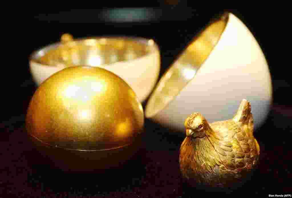 """1885-ci ildə çar III Aleksandr zərgər Peter Karl Faberjeyə çariçaya Pasxa hədiyyəsi olaraq yumurta düzəltməyi sifariş edir. Faberje qızıldan yumurta düzəldərək üzərinə ağ rəngdə mina vurur. Açılıb-bağlanan yumurtanın içərisində qızıldan """"yumurta sarısı"""" olur, onun altında isə zərgər gözləri yaqutdan olan qızıl toyuq gizlədir."""