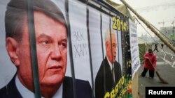 Ілюстративне фото. Плакат із зображенням Віктора Януковича й колишнього прем'єр-міністра України Миколи Азарова. Київ, грудень 2013 року