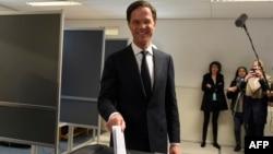 Нидерланд премьер-министрі, Еркіндік және демократия партиясының жетекшісі Марк Рютте парламент сайлауында дауыс беріп тұр. Гаага, 15 наурыз 2017 жыл.