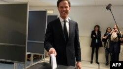 Марк Рютте голосує на парламентських виборах. Нідерланди, 15 березня 2017 року