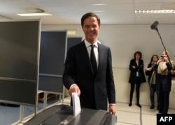 Премьер-министр Марк Рютте на избирательном участке