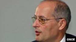Miklos Haraszti at a press conference in Baku