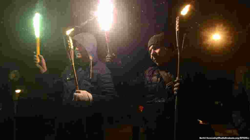 Весь час активісти не випускали з рук смолоскипи, палили «фаєри» та скандували різні гасла