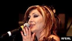 لیلا فروهر در کنسرتی در دبی (سال ۲۰۰۷ میلادی)