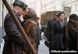 Кадр з фільму: Лев Демидов (Том Харді) і його дружина Раїса (Нумі Рапас)