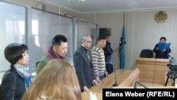 Подсудимый учитель физики Юрий Пак (второй слева), слева от него — жена Ольга, справа — его адвокаты. Караганда, 3 октября 2016 года.