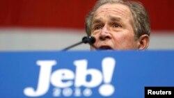 جرج بوش در سخنرانیاش گفت که برادرش آدم بسیار افتادهای است و هر چه را نداند از دیگران میپرسد.
