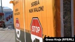 Posteri sa pozivom Samoopredeljenja na blokadu granice