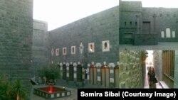 Самира Сибаи и улицы старого Хомса. Она сделала этот коллаж после того, как убежала из Сирии