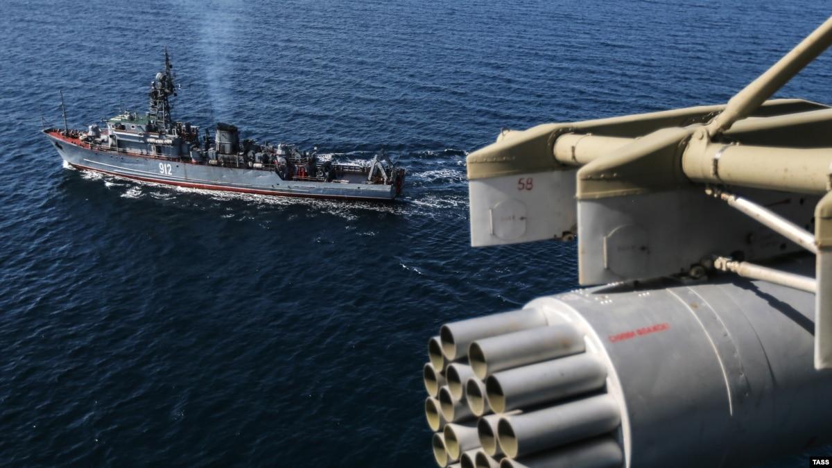 Возле Крыма во время учений сломался большой российский корабль