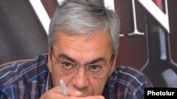 Բագրատ Ասատրյանը լրագրողների հետ հանդիպմանը;