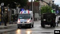 Полицейская машина и карета скорой медицинской помощи стоят в районе, где произошла перестрелка. Куманово, Македония, 9 мая 2015 года.