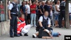 Полиция арестовывает мужчину, пытавшегося зарубить мачете жителей города Rutlingen, 24 июля 2016 года