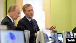 Vladimir Putin (majtas) së bashku me personin Dmitry Shumkov, në vitin 2012