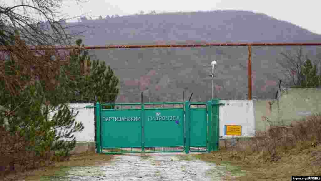 Дамба и административное здание гидроузла на окраине села Кизиловое