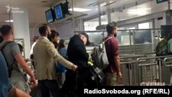Суддя Артур Ємельянов очікує на проходження митного контролю в аеропорту Відня, червень 2017 року