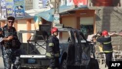 Zjarrfikësit dhe policia në vendin e një eksplodimi të mëparshëm afër qytetit Kirkuk në Irak